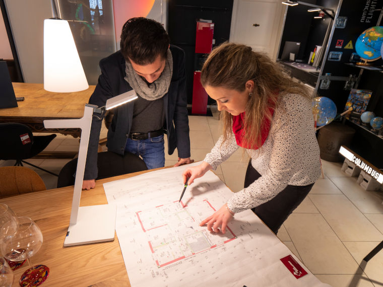 Planung durch eine Mitarbeiterin des Ladengeschäfts Die Raumbeleuchter in Kempten